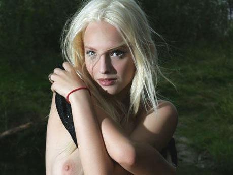【外人】ウクライナ美女Kira Wの芸術的なヌードのポルノ画像 012