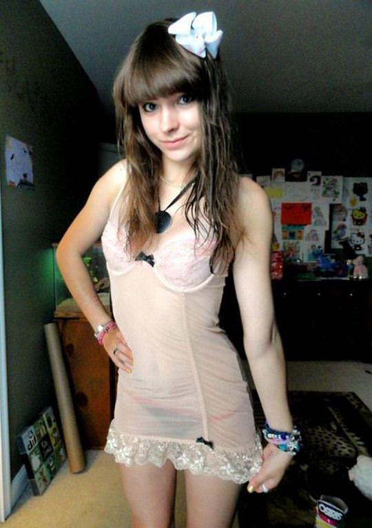 【外人】ポルトガル10代美少女がピンク乳首を自画撮りしてくれるポルノ画像 1040