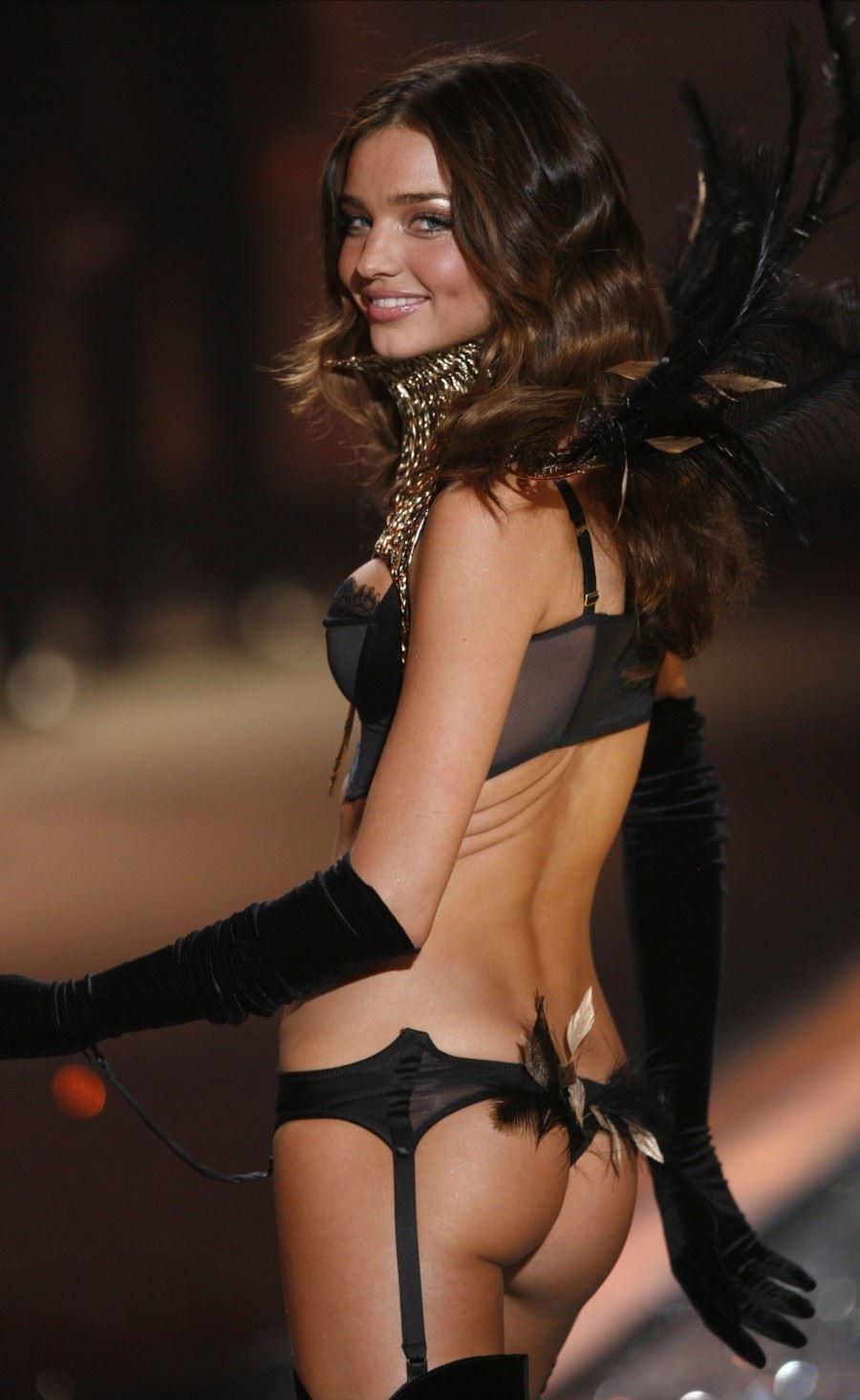 【外人】スーパーモデルがファッションショーで美乳首見せちゃってるおっぱいポルノ画像 1053