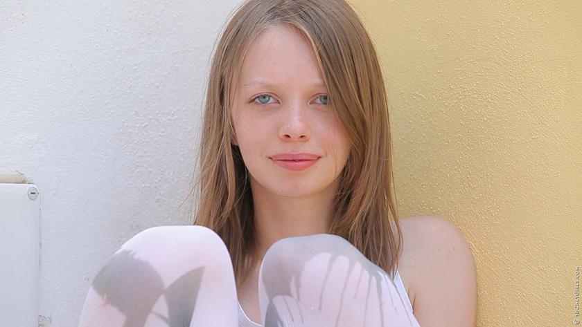【外人】金髪白人のパイパンティーンが放尿しながらオナニーしておまんこ全開ポルノ画像 1105