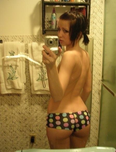 【外人】鏡の前で10代素人娘がおっぱいやまんこを自画撮りしてるポルノ画像 1164