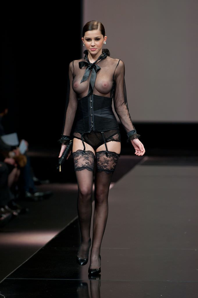 【外人】スーパーモデルがファッションショーで美乳首見せちゃってるおっぱいポルノ画像 1172