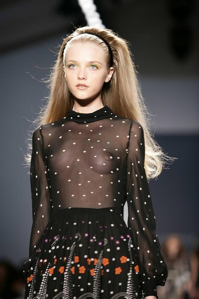【外人】スーパーモデルがファッションショーで美乳首見せちゃってるおっぱいポルノ画像 1249