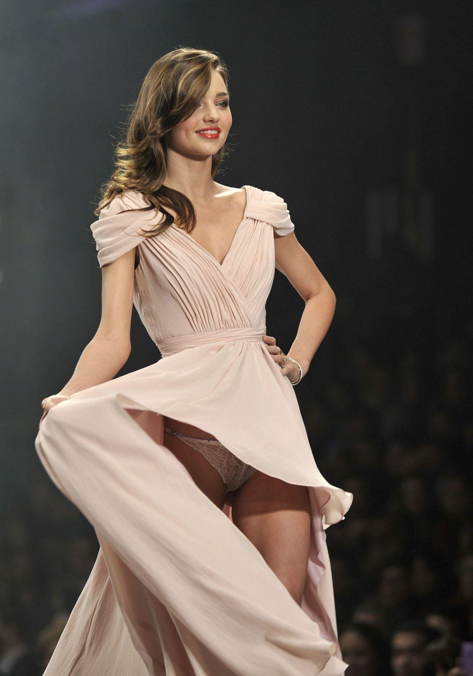 【外人】スーパーモデルがファッションショーで美乳首見せちゃってるおっぱいポルノ画像 1639