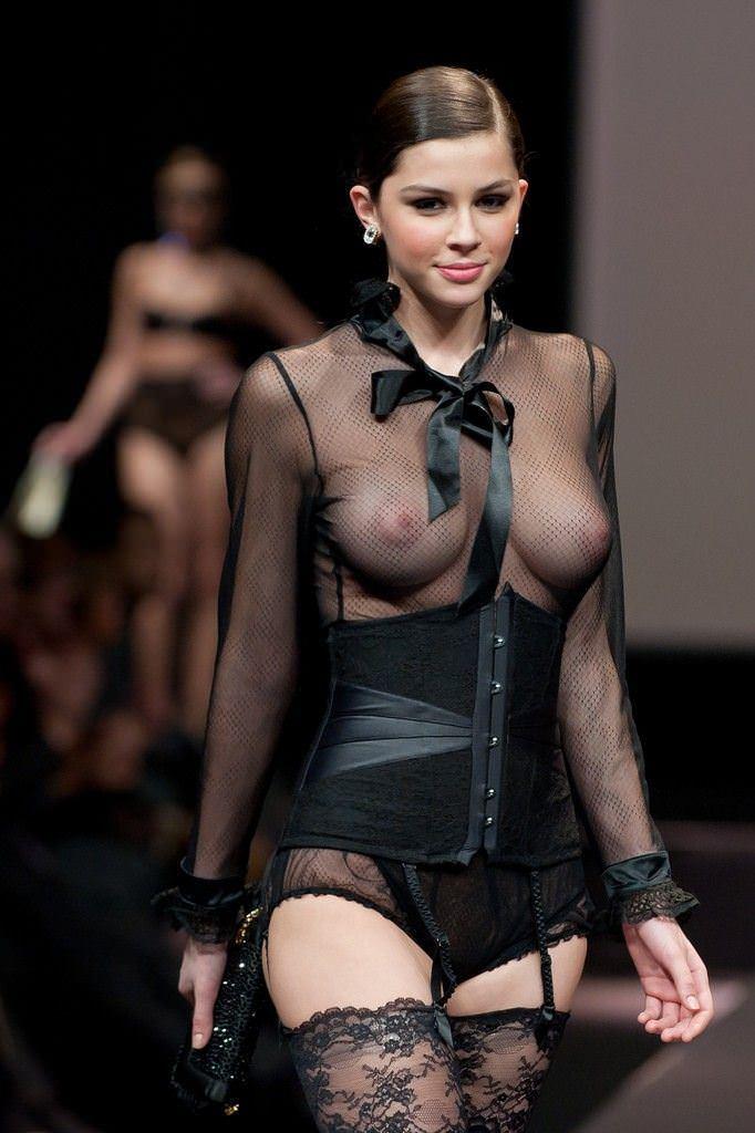 【外人】スーパーモデルがファッションショーで美乳首見せちゃってるおっぱいポルノ画像 1737