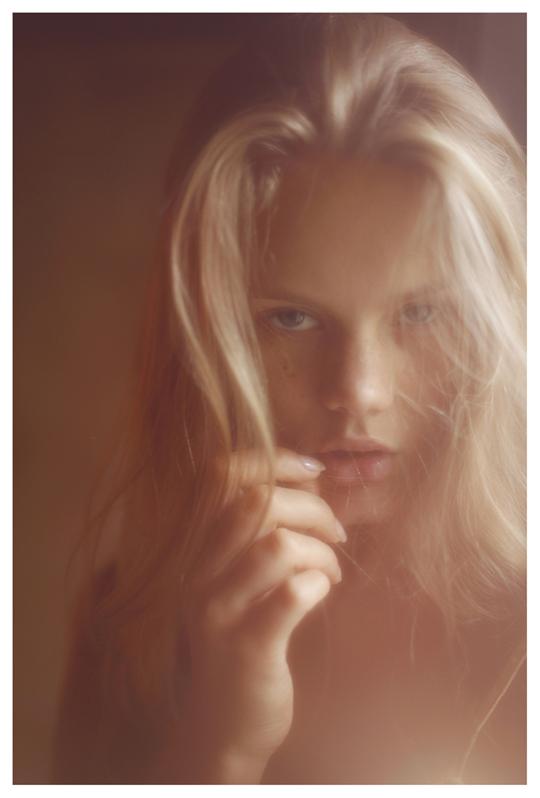 【外人】ブロンドヘアのガチ天使が魅せるプライベートセミヌードポルノ画像 177
