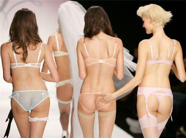 【外人】スーパーモデルがファッションショーで美乳首見せちゃってるおっぱいポルノ画像 1836