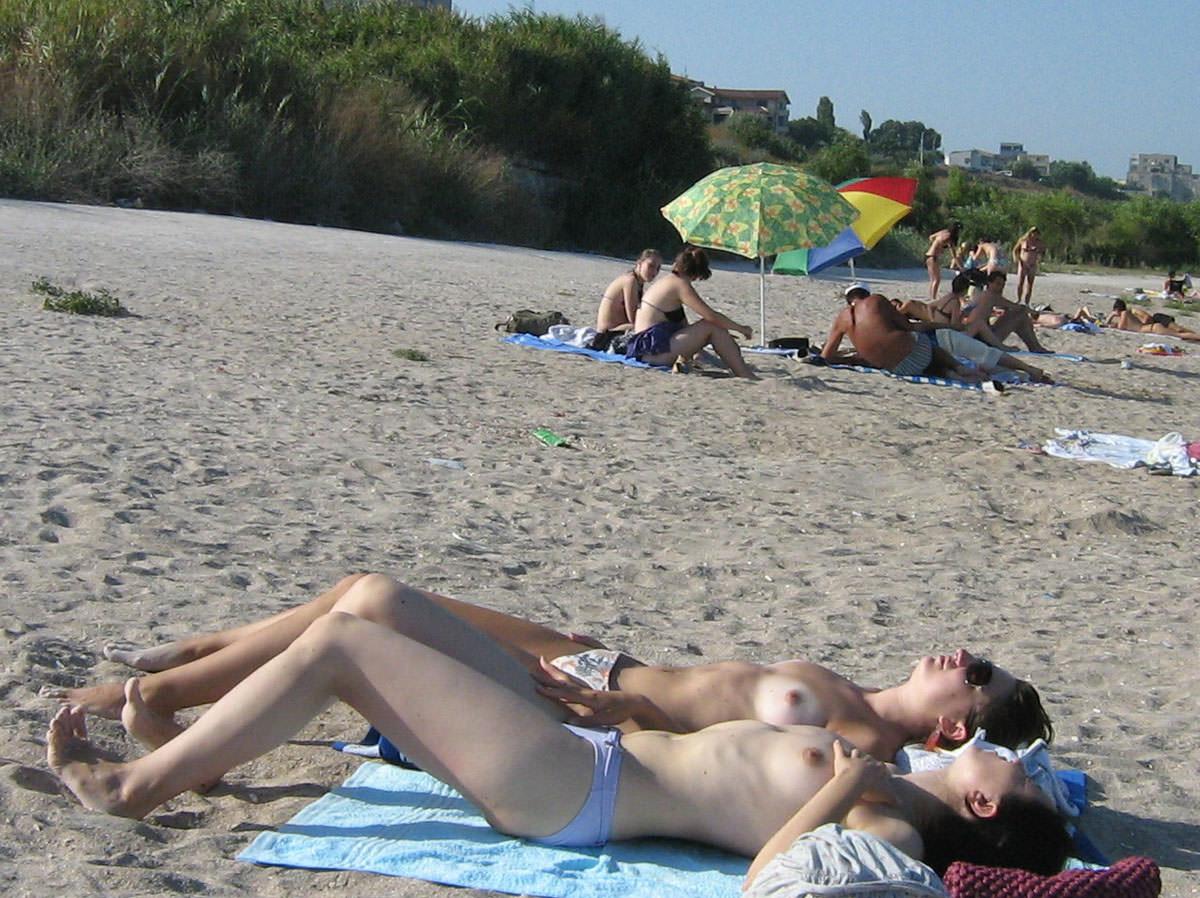 【外人】ウクライナのヌーディストビーチで巨乳おっぱいをプルンプルンさせてる素人美女のポルノ画像 1837