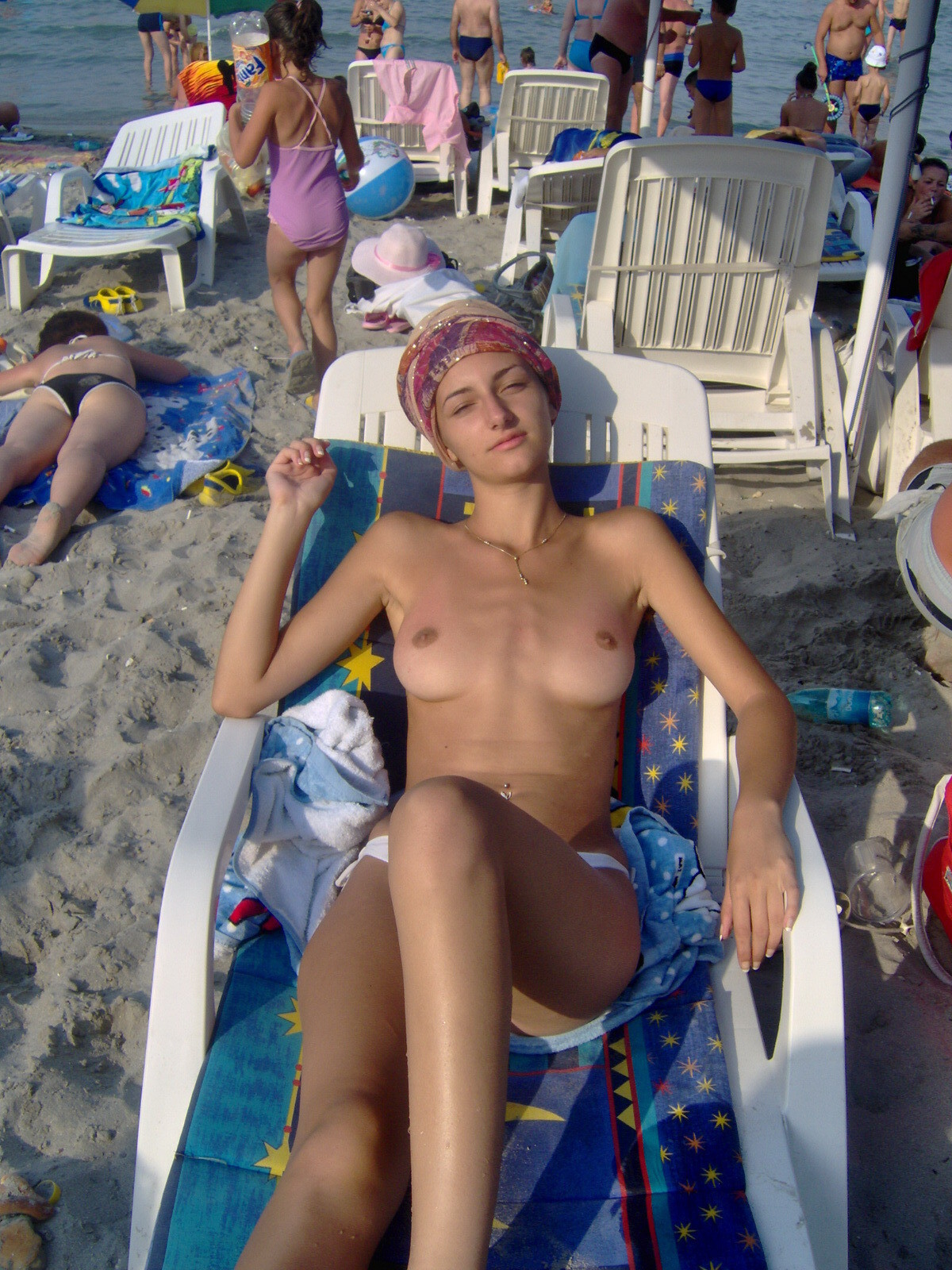 【外人】ヌーディストビーチで撮影された素人白人美女のパイパンまんこポルノ画像 1910