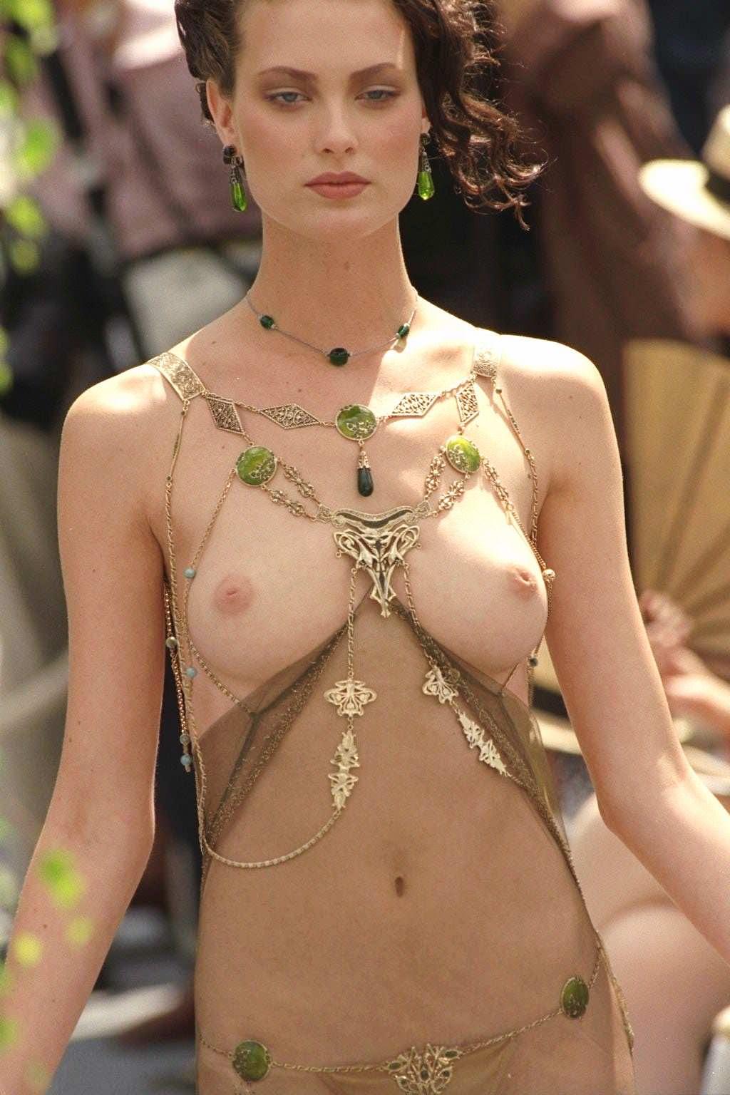 【外人】スーパーモデルがファッションショーで美乳首見せちゃってるおっぱいポルノ画像 1934