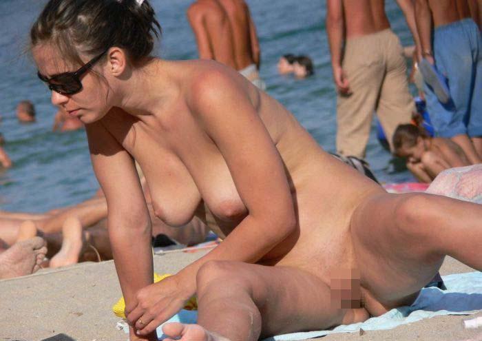 【外人】ヌーディストビーチで撮影された素人白人美女のパイパンまんこポルノ画像 199