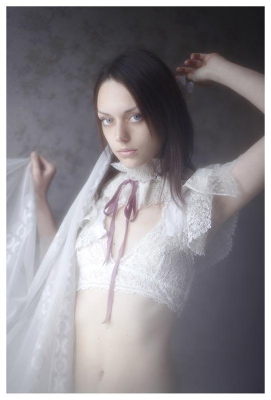 【外人】絵画の世界に居るような美少女のセミヌードポルノ画像 2010