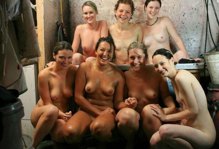 【外人】全裸でお構いなしに記念撮影しちゃう素人美女の露出ポルノ画像 2217