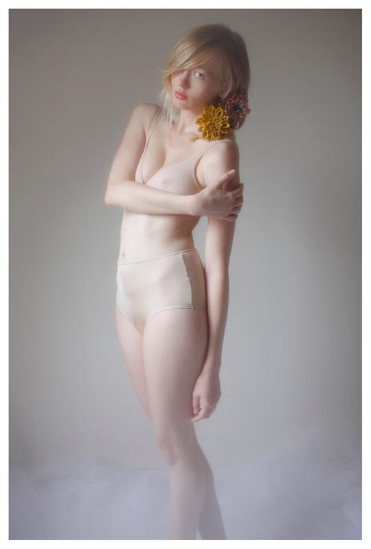 【外人】ブロンドヘアのガチ天使が魅せるプライベートセミヌードポルノ画像 232