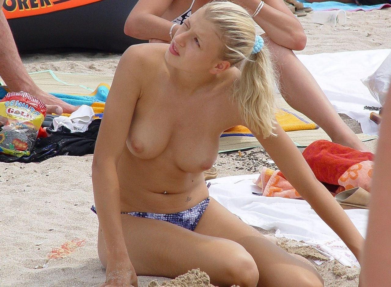 【外人】ウクライナのヌーディストビーチで巨乳おっぱいをプルンプルンさせてる素人美女のポルノ画像 2329
