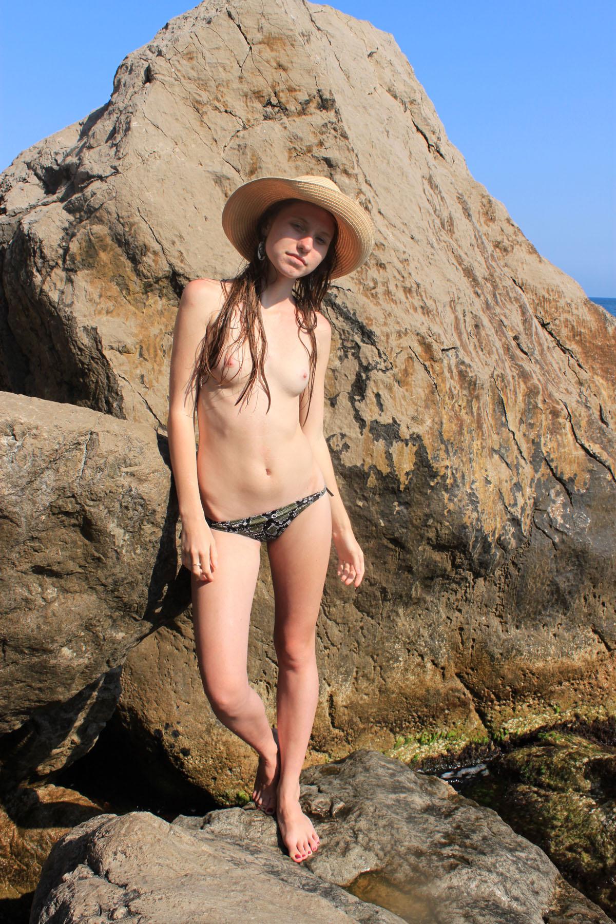 【外人】ヌーディストビーチで撮影された素人白人美女のパイパンまんこポルノ画像 238