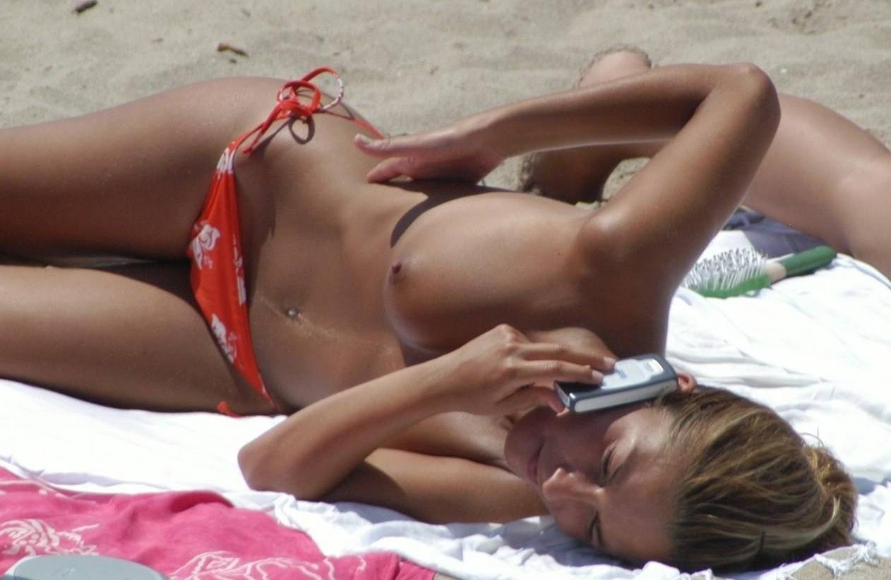 【外人】ヌーディストビーチで撮影された素人白人美女のパイパンまんこポルノ画像 255