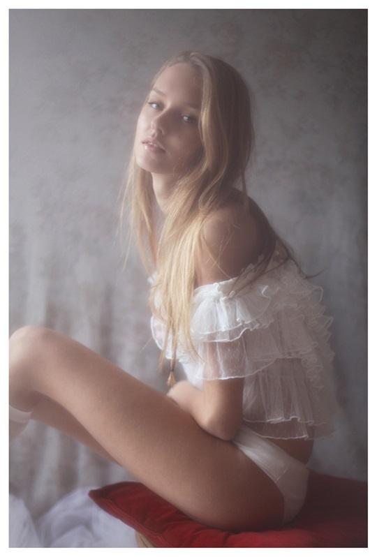 【外人】絵画の世界に居るような美少女のセミヌードポルノ画像 304