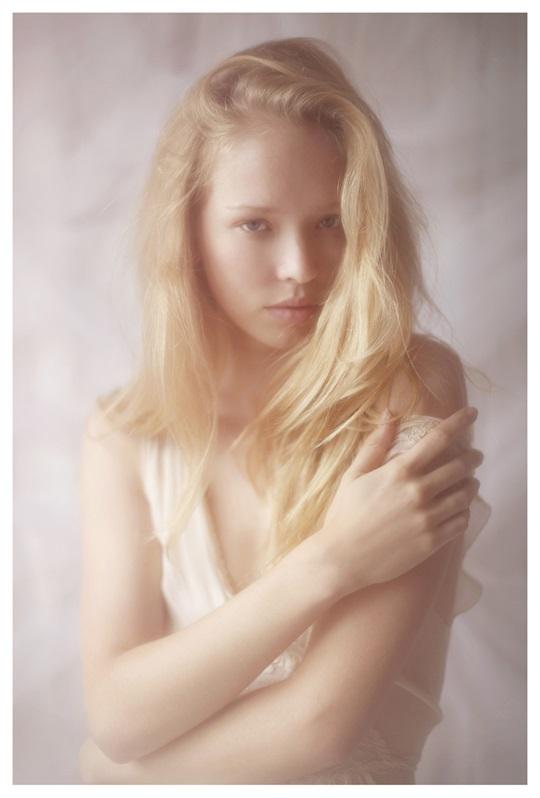 【外人】絵画の世界に居るような美少女のセミヌードポルノ画像 330