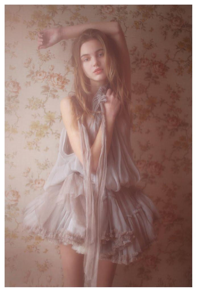 【外人】絵画の世界に居るような美少女のセミヌードポルノ画像 333