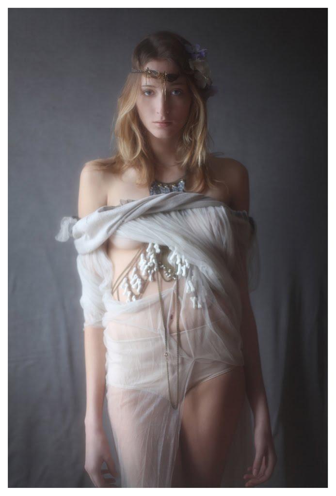 【外人】絵画の世界に居るような美少女のセミヌードポルノ画像 342