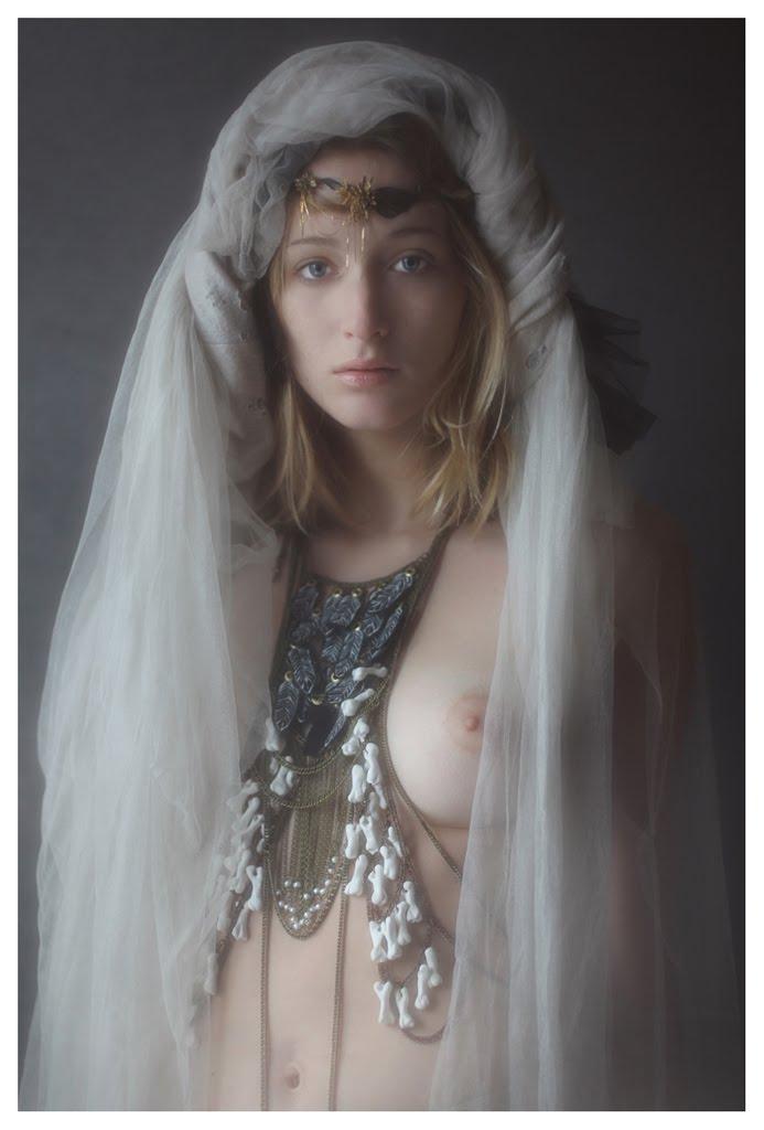 【外人】絵画の世界に居るような美少女のセミヌードポルノ画像 352