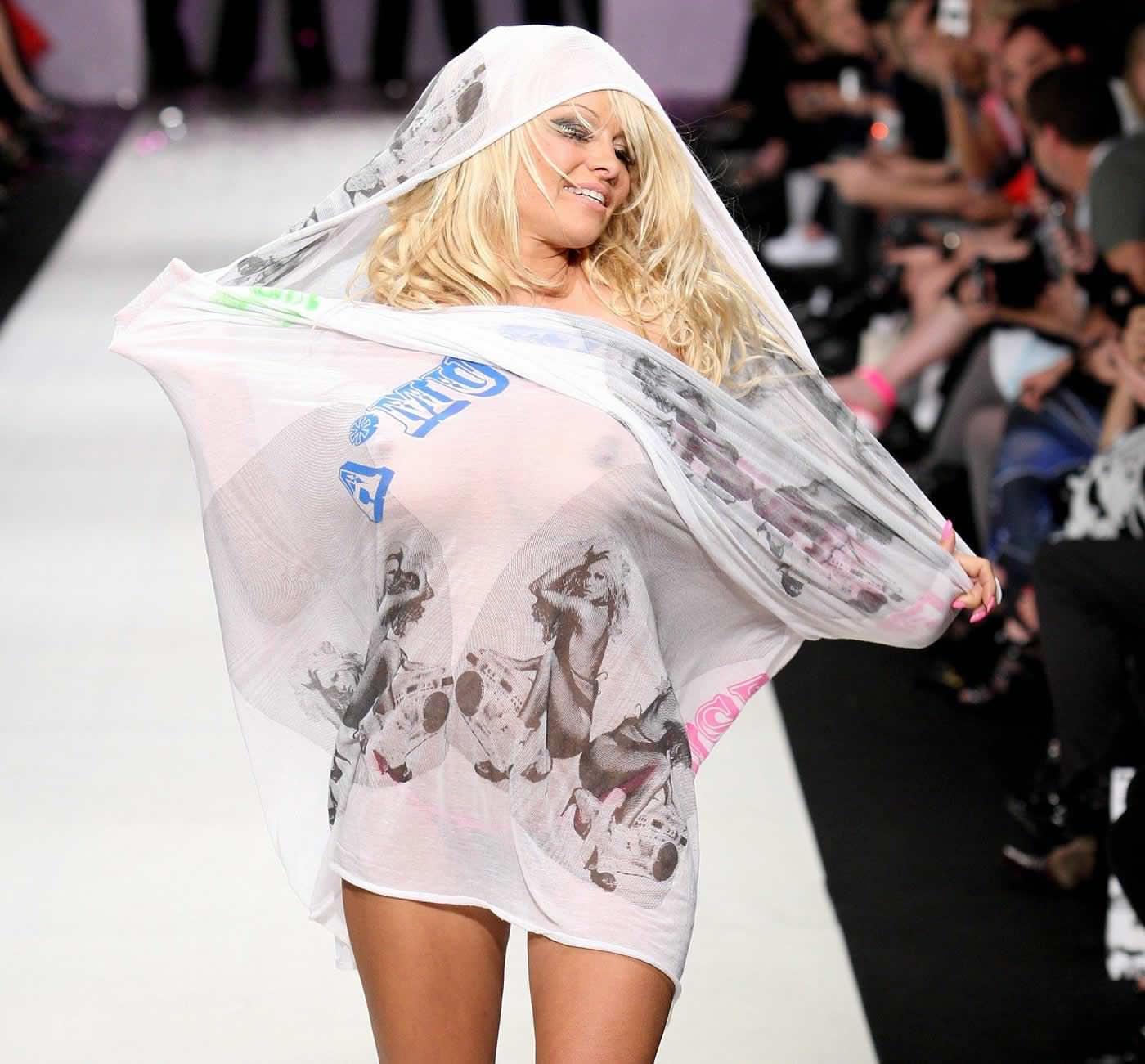 【外人】スーパーモデルがファッションショーで美乳首見せちゃってるおっぱいポルノ画像 399