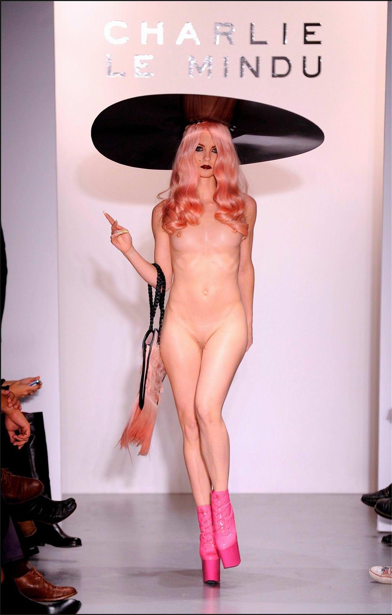 【外人】スーパーモデルがファッションショーで美乳首見せちゃってるおっぱいポルノ画像 463