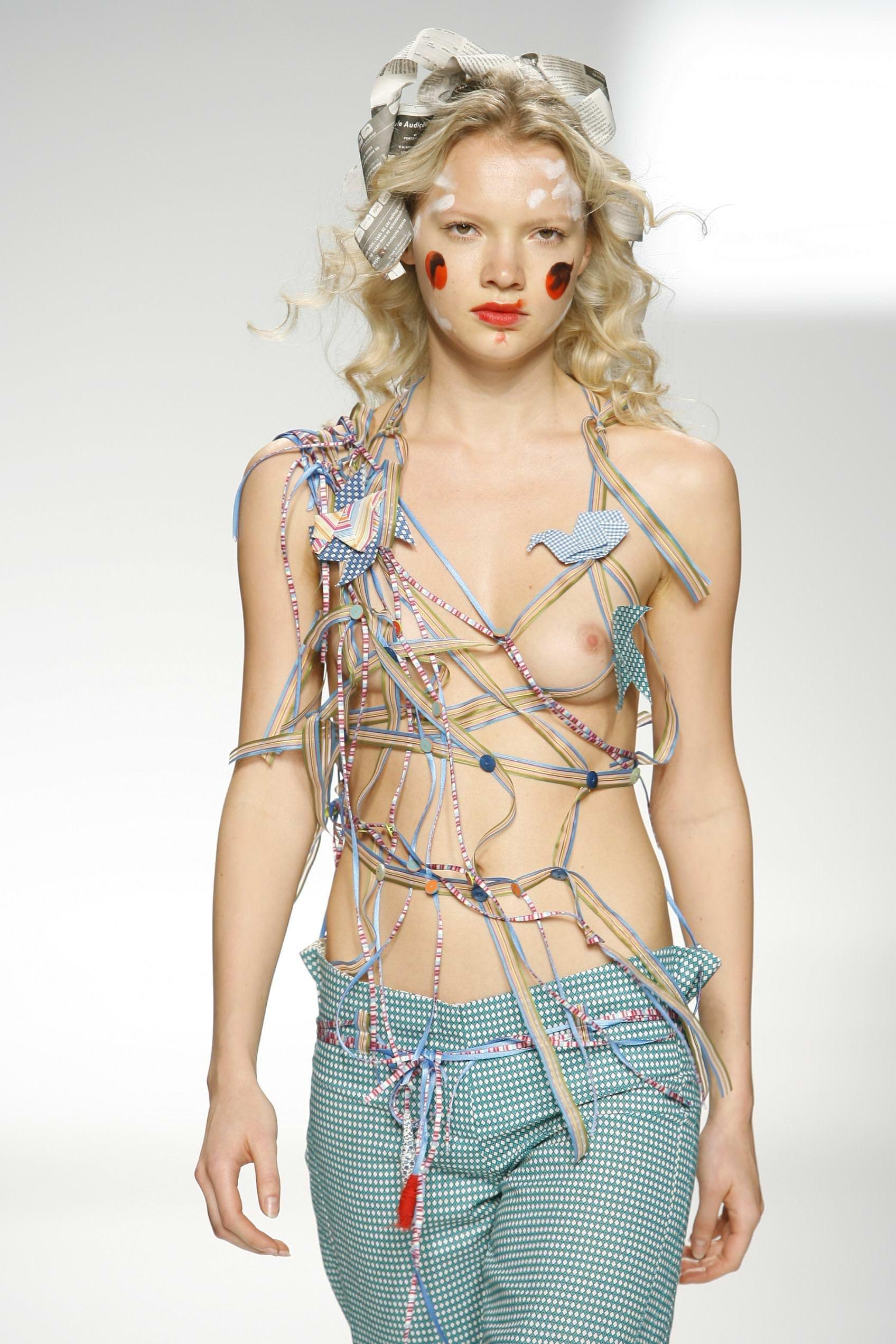 【外人】スーパーモデルがファッションショーで美乳首見せちゃってるおっぱいポルノ画像 554