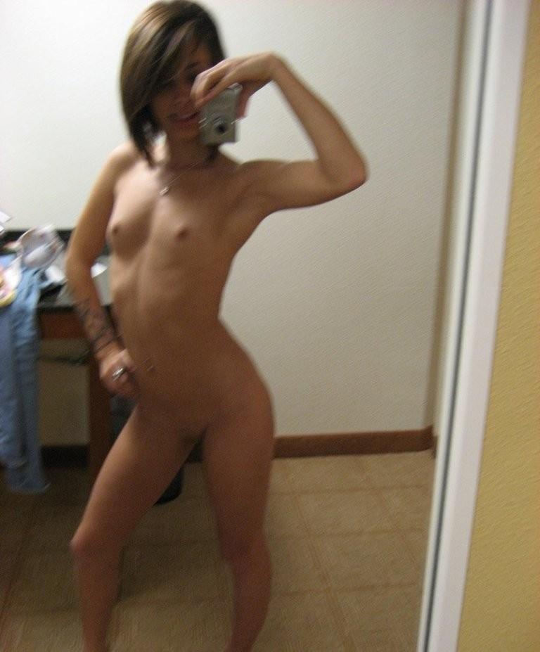 【外人】鏡の前で10代素人娘がおっぱいやまんこを自画撮りしてるポルノ画像 650