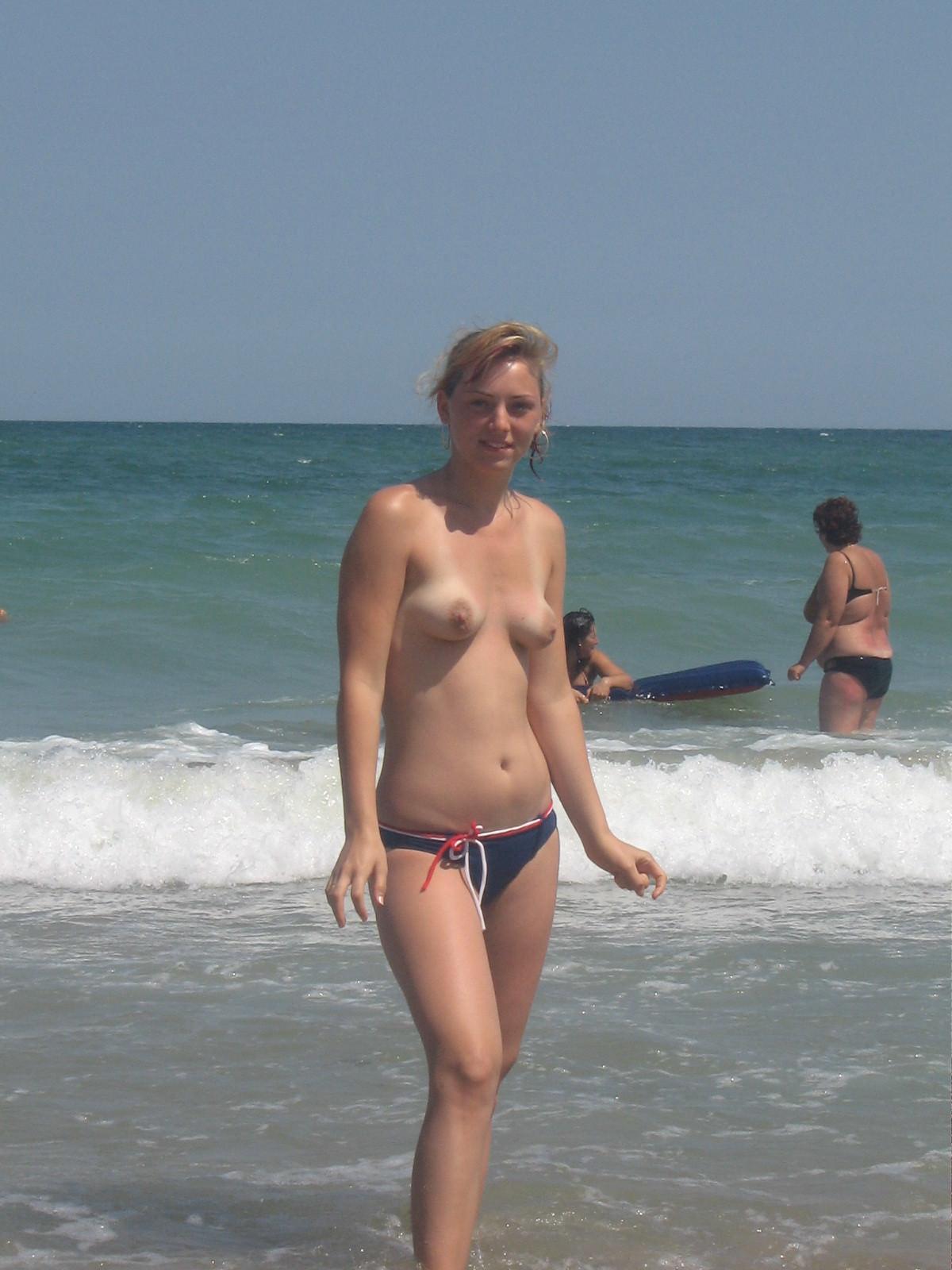 【外人】ウクライナのヌーディストビーチで巨乳おっぱいをプルンプルンさせてる素人美女のポルノ画像 655