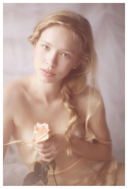 【外人】絵画の世界に居るような美少女のセミヌードポルノ画像 726