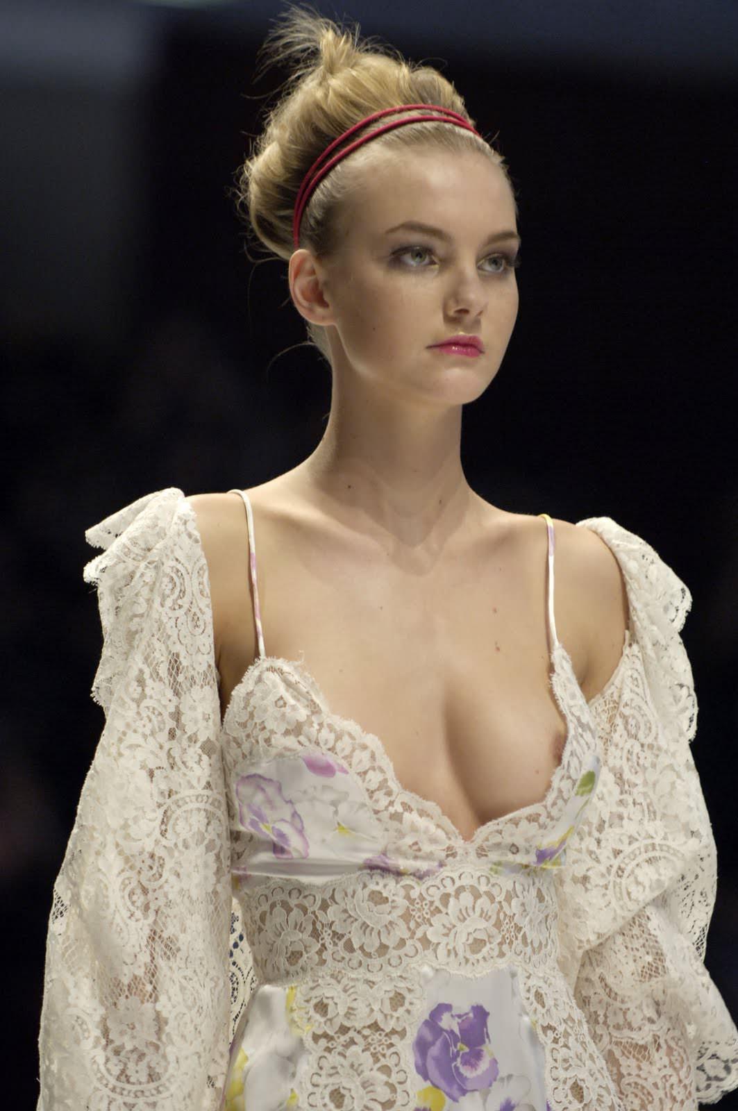 【外人】スーパーモデルがファッションショーで美乳首見せちゃってるおっぱいポルノ画像 854