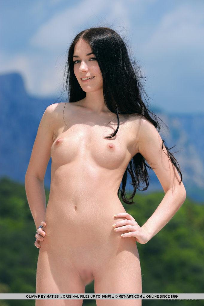【外人】ロシアン美女オリビア(Olivia F)真っ黒な黒髪でおっぱいとパイパンまんこ丸出しなポルノ画像 915