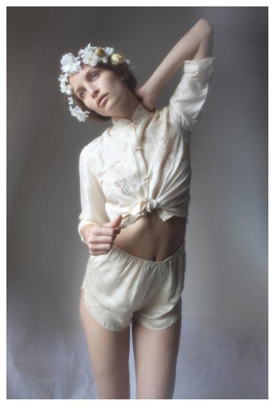 【外人】絵画の世界に居るような美少女のセミヌードポルノ画像 926