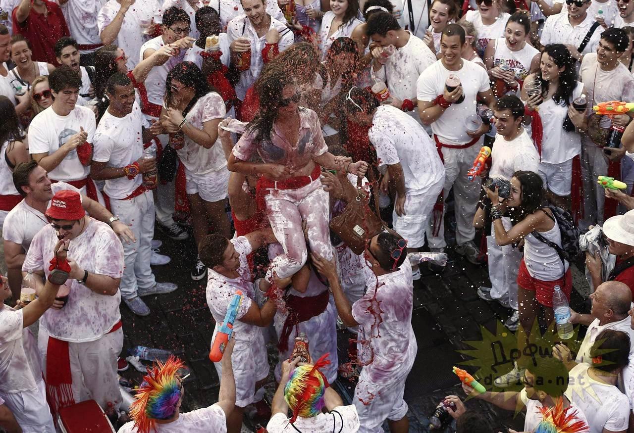 【外人】スペイン3大祭りで男も女もテンション上げまくりでおっぱいポロリしまくるポルノ画像 10113