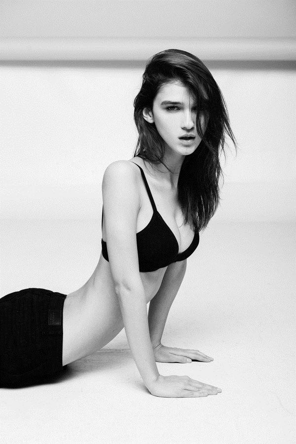 【外人】鋭い眼光に惹き込まれるポーランド人モデルのポーラ・バルチンスカ(Paula Bulczynska)のセクシー巨乳おっぱいポルノ画像 1013