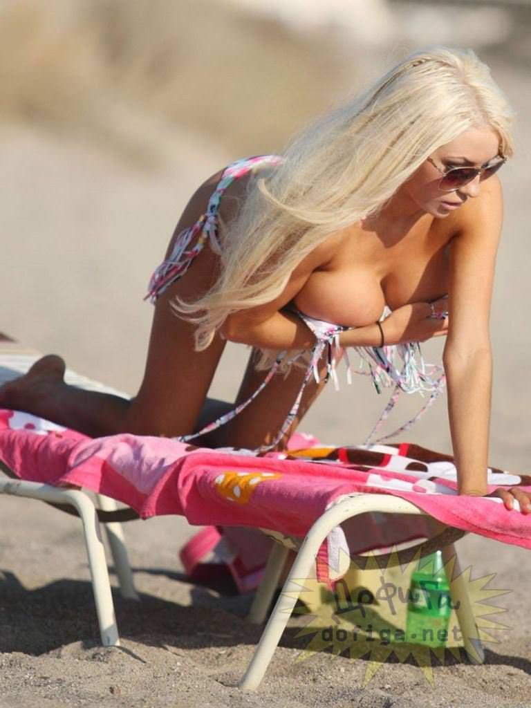 【外人】ヌーディストビーチで爆乳おっぱい全開な素人の金髪お姉さんのポルノ画像 10199