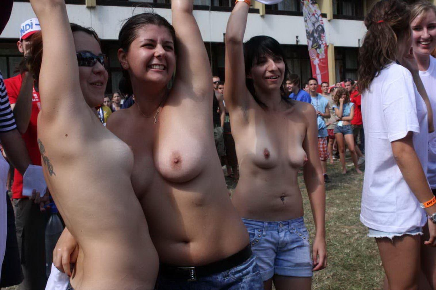 【外人】濡れTシャツフェスティバルで学生たちのおっぱいビショビショなポルノ画像 10218