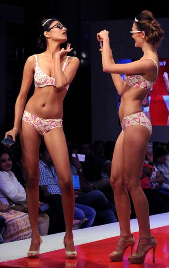 【外人】インド・ムンバイで開催されたトリンプ(Triumph)のファッションショーの下着美女ポルノ画像 1028