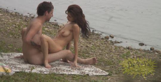【外人】素人カップルが自然の中で青姦セクロスしてる盗撮ポルノ画像 1057