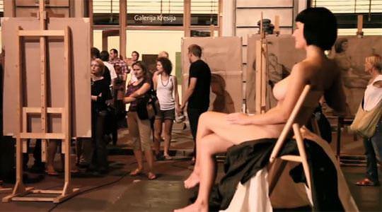 【外人】街中でヌードデッサンのモデルになってるお姉さんが美女な露出ポルノ画像 1058