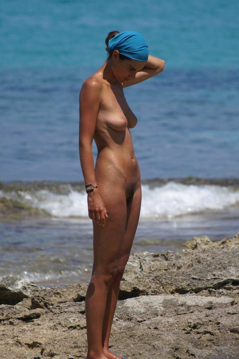 【外人】ヌーディストビーチで髪金の姉ちゃん盗撮し放題な露出エロ画像 1069
