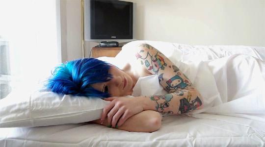 【外人】二次元キャラにマジで恋をするスコットランドのレズ美女の抱き枕オナニーポルノ画像 1101