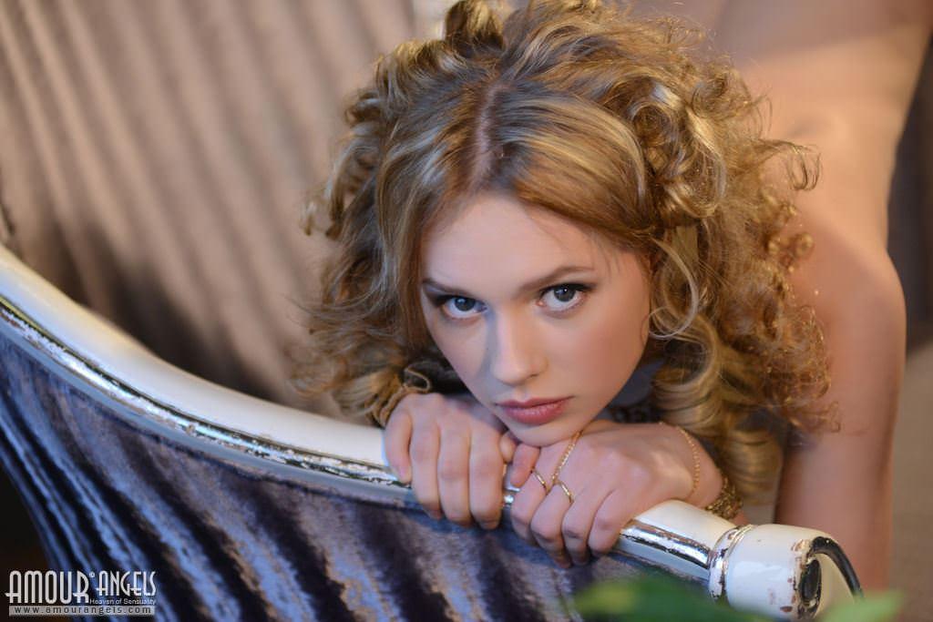【外人】ウクライナ出身のお姫様のようなニカ(Nika)金髪美少女が真っ白なパイパンおまんこを披露するポルノ画像 11039