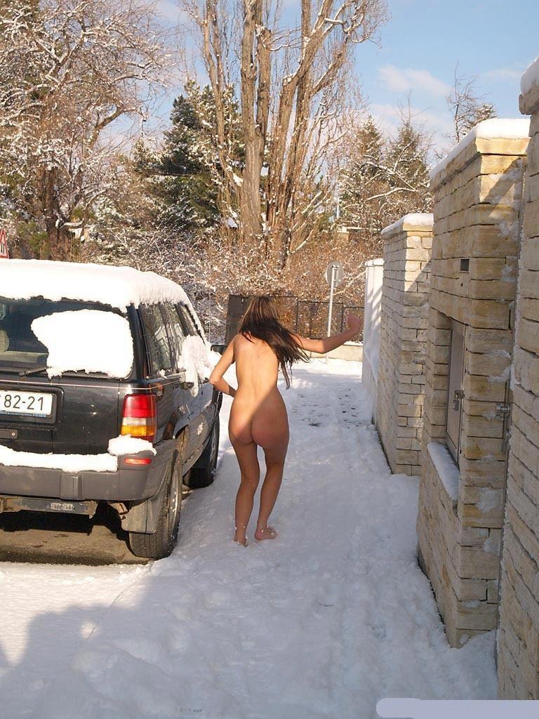 【外人】 20度 30度当たり前のロシアの冬に全裸で雪遊びする露出女のポルノ画像 1106