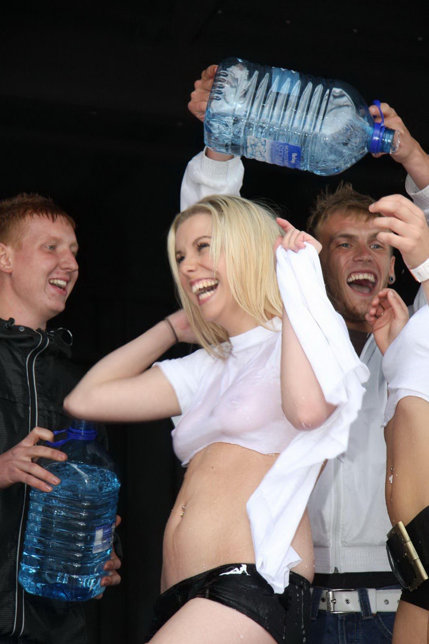 【外人】濡れTシャツフェスティバルで学生たちのおっぱいビショビショなポルノ画像 11071