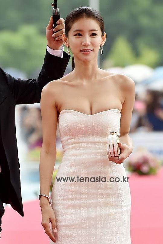 【外人】韓国女優のオ・イネが巨乳で谷間を強調してるポルノ画像 11075