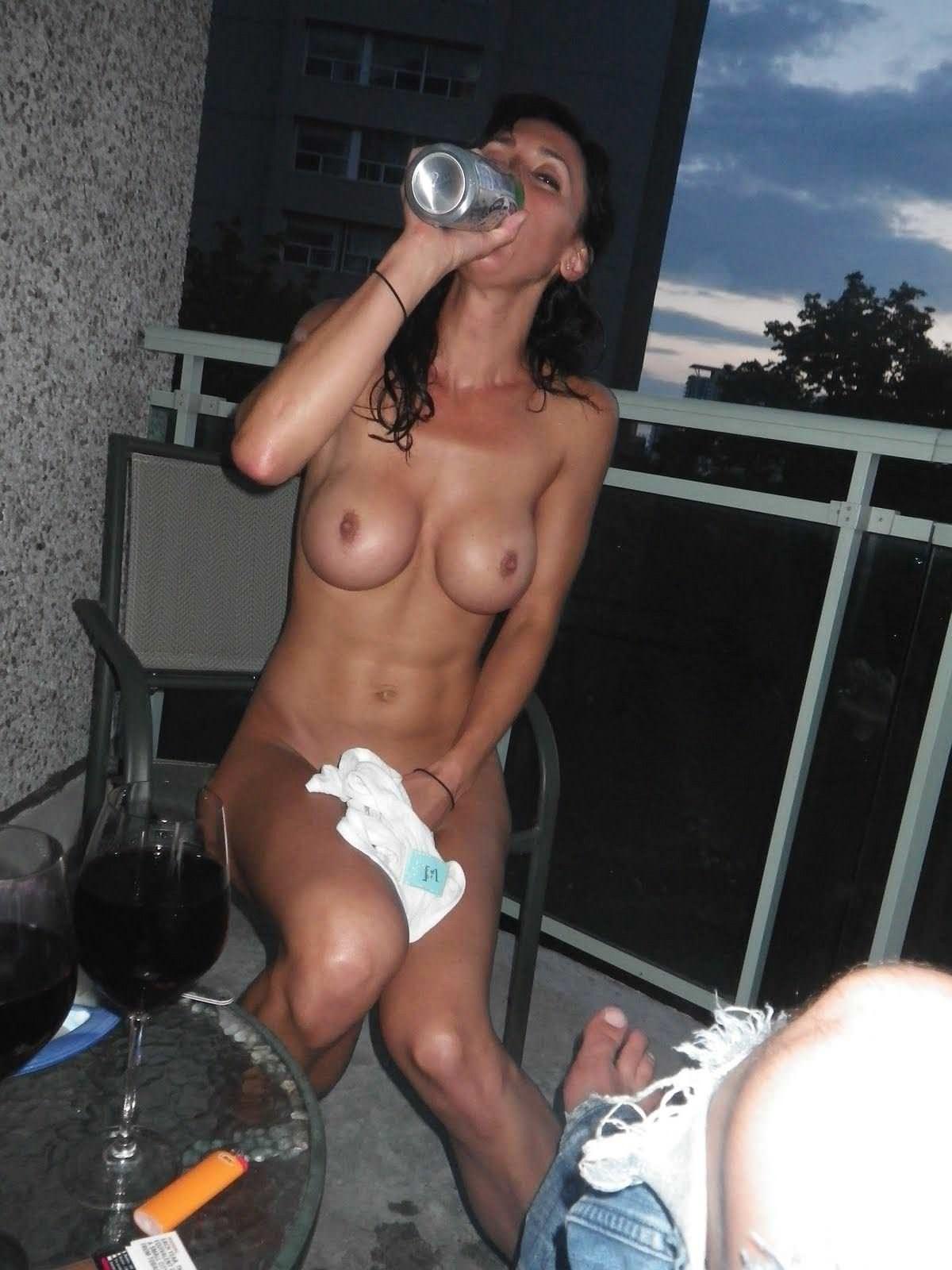 【外人】旦那の趣味でパイパンまんこやフェラしてる姿を撮られた巨乳人妻のポルノ画像 11118