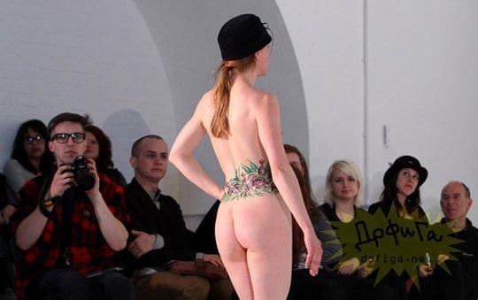 【外人】全裸に帽子だけの人妻モデルのファッションショーのポルノ画像 11145